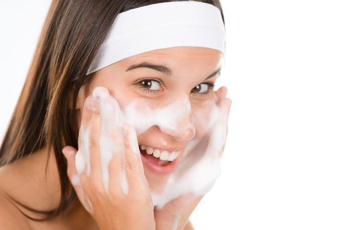 Chọn đúng sữa rửa mặt phù hợp với làn da nhờn, dầu mụn của mình.