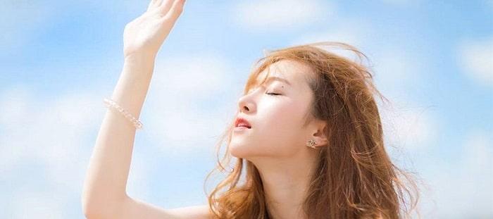 Sử dụng kem chống nắng dành cho da dầu mụn mỗi khi ra ngoài.