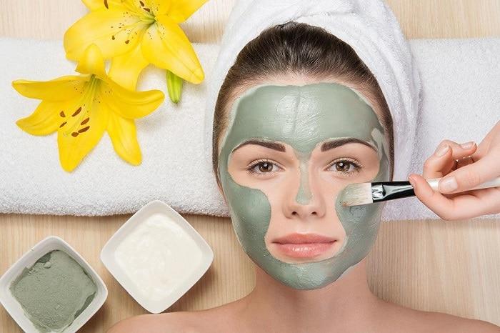 Mỗi tối đắp mặt nạ để hỗ trợ điều trị mụn và giúp cho các bước chăm sóc da dầu, nhờn mụn hiệu quả hơn, thu nhỏ lỗ chân lông.