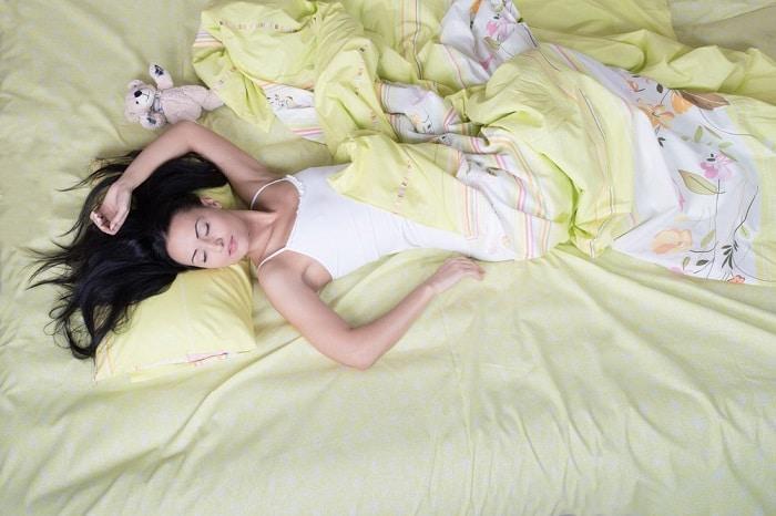 Tiếp xúc trực tiếp và thường xuyên nên ga trải giường bẩn sẽ gây nên mụn ở lưng.