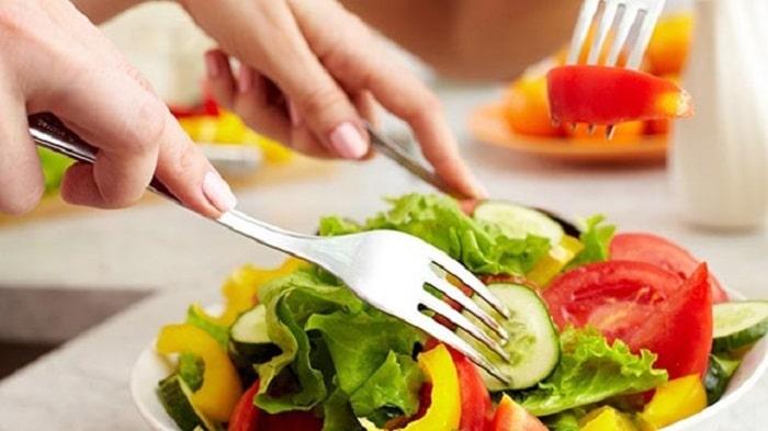 Bổ sung các nhóm thực phẩm có lợi cho sức khỏe như rau củ, trái cây để hạn chế tình trạng nổi mụn ở cổ.