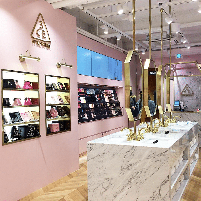 Các showroom của 3CE khá bắt mắt và sang trọng.