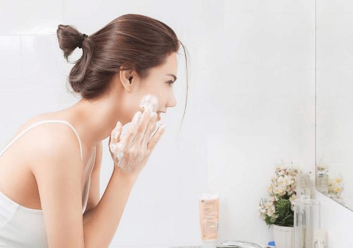 dùng nước tẩy trang xong có phải rửa mặt không